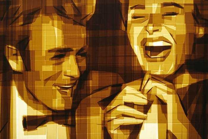 Man met vlinderdas en lachende vrouw