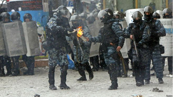 Politie met een molotov cocktail