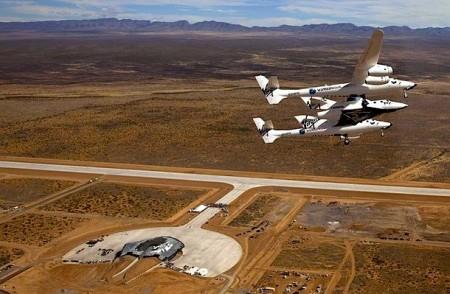 Het SpaceShipTwo onderaan de WhiteKnight van Virgin Galactic